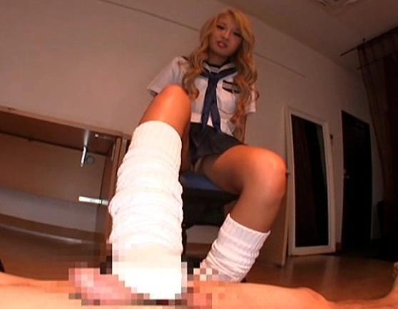 ドスケベな黒ギャルが制服にルーズソックスを穿いて足コキ責めの脚フェチDVD画像1
