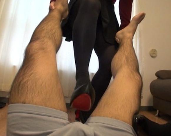 現役女子大生の蒸れたパンスト足臭を嗅がされ足コキ抜きの脚フェチDVD画像2
