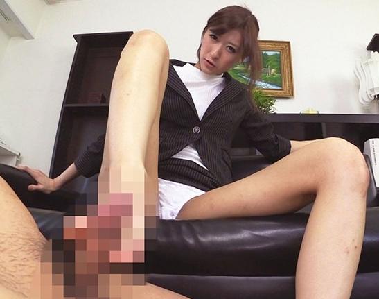 パンチラで男を誘惑するドスケベ痴女の生足コキ責めの脚フェチDVD画像5