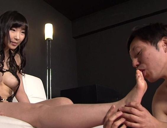 足フェチなら絶対に抜ける!女の子の足を舐め足コキでイク動画の脚フェチDVD画像3