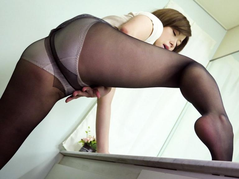 熟女妻の蒸れたパンストで足コキしたあと着衣SEXでイクの脚フェチDVD画像6