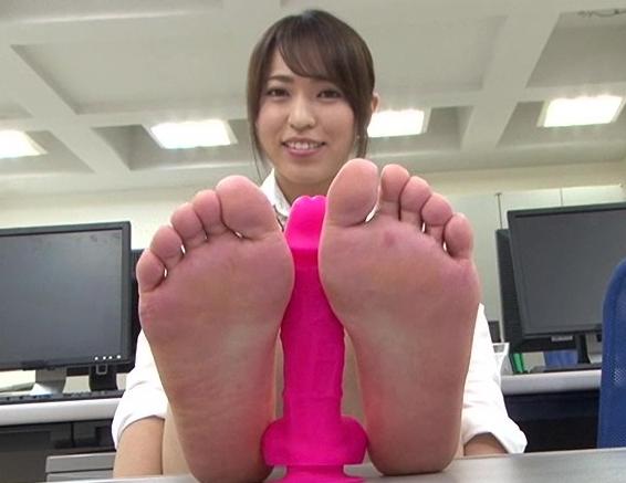 足裏フェチに必見!女の子たちの素足で無修正の足コキ動画の脚フェチDVD画像6