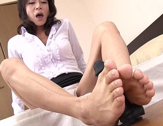 足裏フェチに必見!女の子たちの素足で無修正の足コキ動画の脚フェチDVD画像4