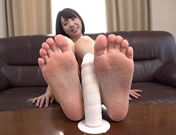 足裏フェチに必見!女の子たちの素足で無修正の足コキ動画の脚フェチDVD画像1