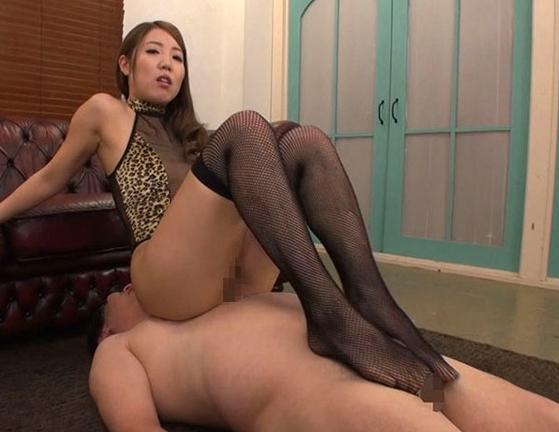 ドエスな網タイツ美女が足コキ抜きして黄金水のブッカケ責めの脚フェチDVD画像4