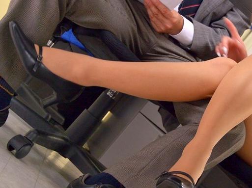 痴女OLがパンスト美脚にハイヒールを履いたままで靴コキ責めの脚フェチDVD画像6