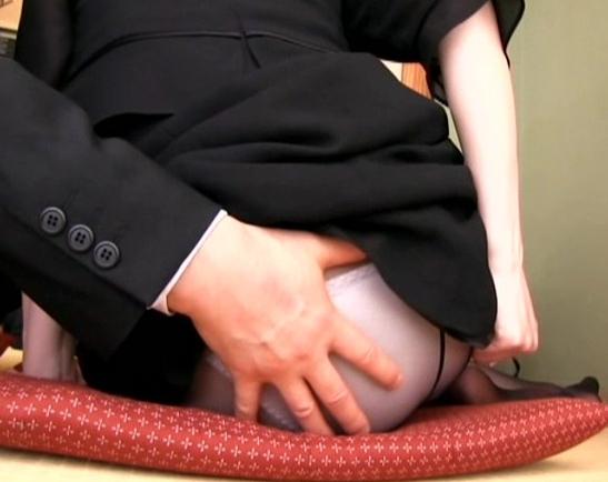 未亡人が昔の不倫相手と黒パンストを穿いたままで着衣SEXの脚フェチDVD画像2