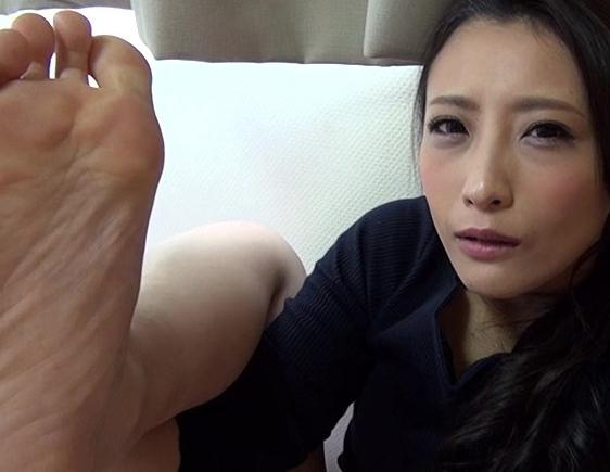 お姉さんが素足の足裏をアップアングルで魅せつける足フェチ動画の脚フェチDVD画像6