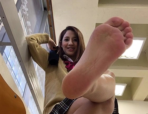 お姉さんが素足の足裏をアップアングルで魅せつける足フェチ動画の脚フェチDVD画像1