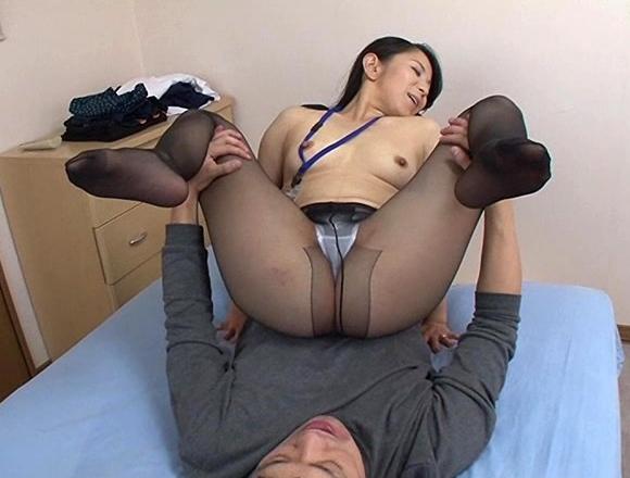 熟女の蒸れた黒パンストで足コキされ足射が止まらないの脚フェチDVD画像5