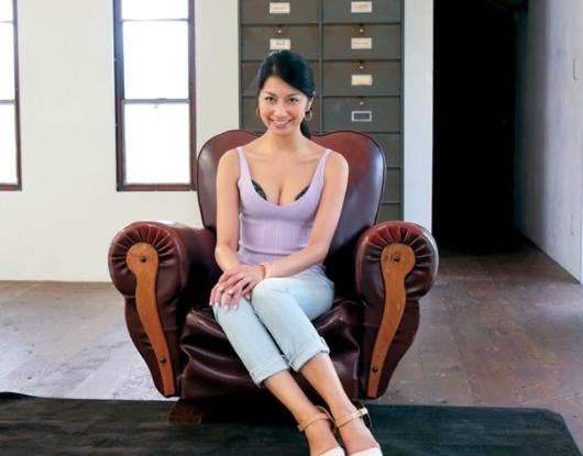 美熟女の綺麗過ぎる素足で足コキされ凄テクフェラで大量射精の脚フェチDVD画像1