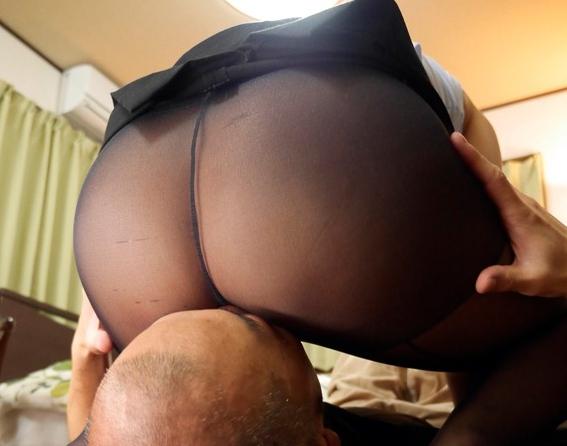 美人OL妻が旦那以外の肉棒をパンスト足コキや着衣SEXで抜くの脚フェチDVD画像3