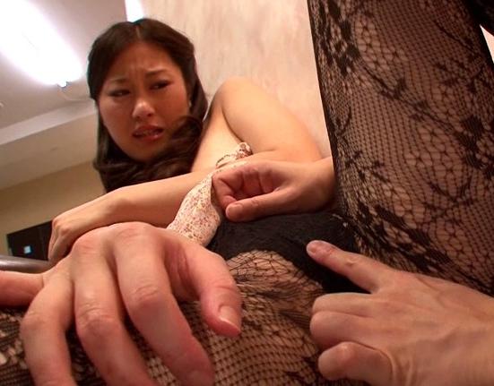 パンストを穿いた花嫁がマッサージ師に強制足コキさせられるの脚フェチDVD画像5