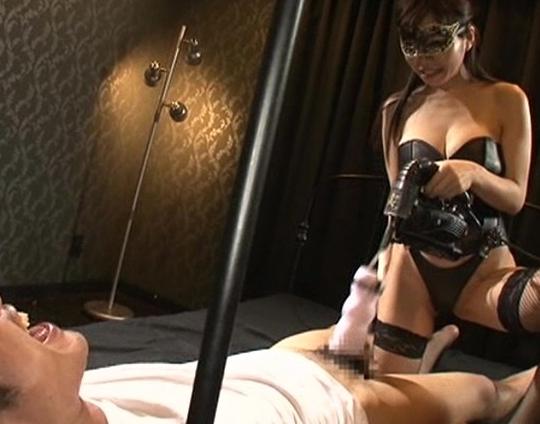 現役女王様の青山梨果が網タイツの足コキや手コキ潮を噴かせるの脚フェチDVD画像5