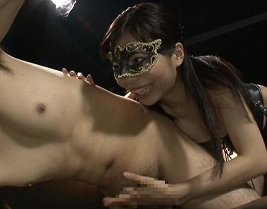 現役女王様の青山梨果が網タイツの足コキや手コキ潮を噴かせるの脚フェチDVD画像1