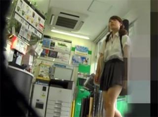 ファミマで見つけたJK美少女をヤバイくらい追跡して食い込みパンチラをゲット・・本物っぽいヤバ映像