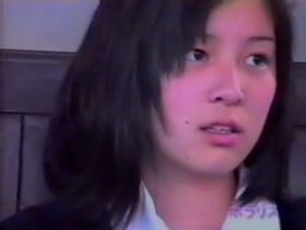 【パンチラ盗撮動画】本物現役JKの美少女の股間の隙間から白いパンティを正面撮りして公開しましたw