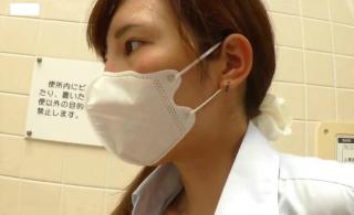 【無修正 個人撮影】 マスクをした可愛い制服JKがトイレでパンツをずらされ彼氏の生チ〇ポ挿入に絶頂