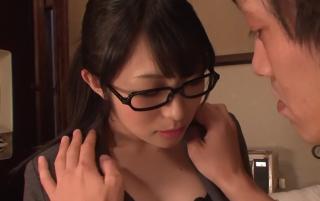 【無修正】 黒縁メガネとのギャップがイイ!! 昭和のOL!今は腰を振るだけの快楽人妻に中出し