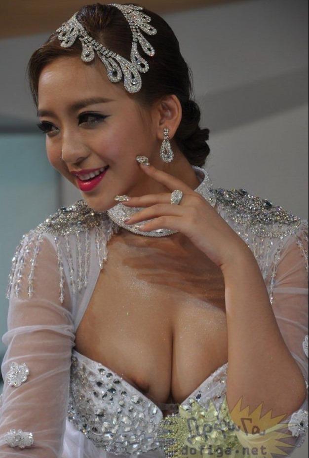 過激な美巨乳お乳「中国人イベコン女子」えろ写真25枚☆