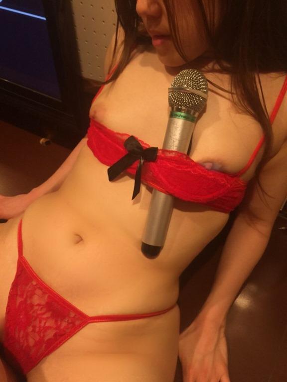 【素人娘がカラオケで脱ぎまぐり】(乳房・パンチラ・裸)エロ画像30枚!