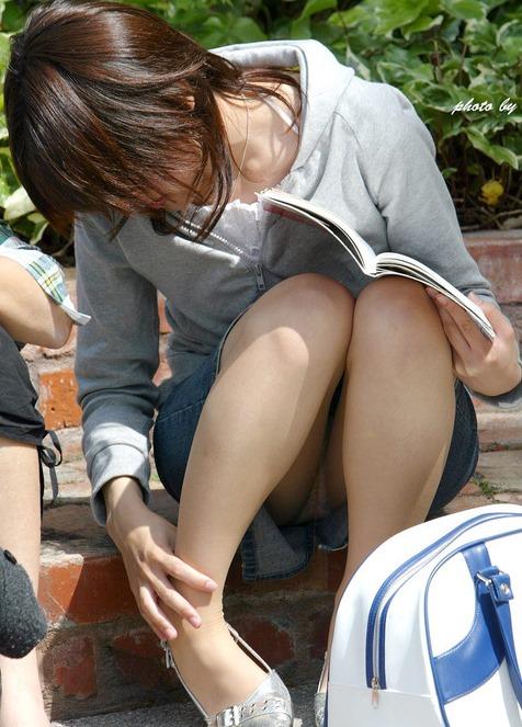 【可愛い女性のミニスカ座りパンチラって股間が引き立つ】エロ画像20枚