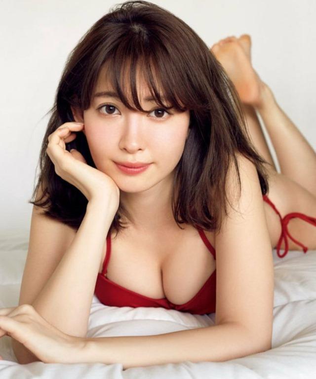 (小嶋陽菜(29)の最終グラビアがセックスで色っぽい)えろ写真20枚