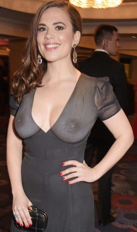 【海外セレブ女性はノーブラ乳房・乳首が当たり前】エロ画像30枚