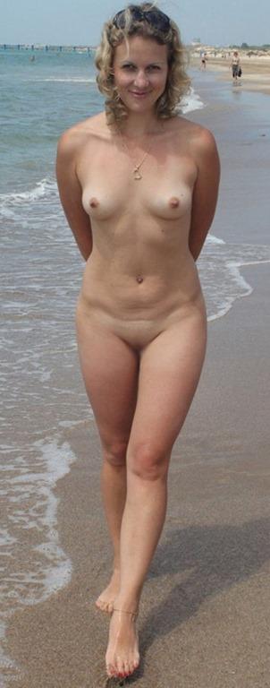 【天使な外国人美女が野外ヌードで素っ裸】エロ画像30枚