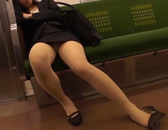 電車パンチラ11