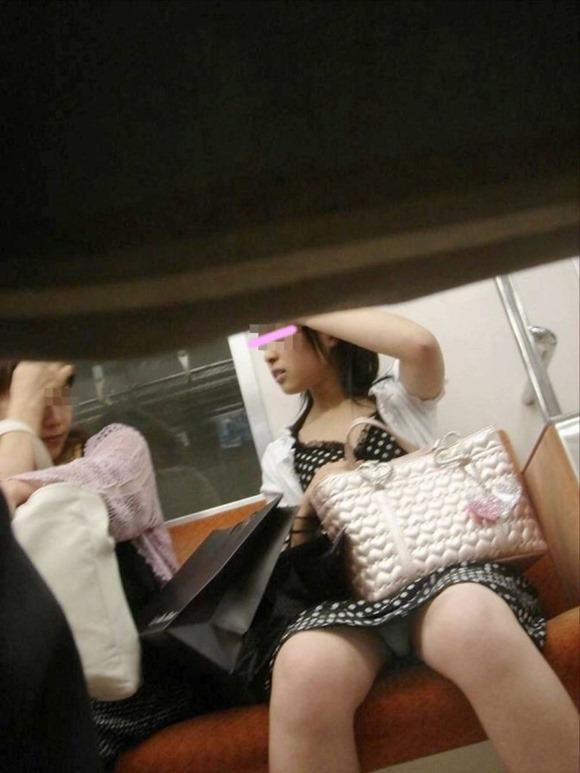 電車・胸チラ5