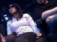 3D映画館痴● 専用メガネを掛けてる女性に勃起チンポを握らせると…