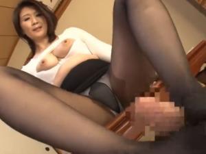 黒パンスト足コキと濃厚セックスで中出しさせる熟痴女セールスレディ 吉岡奈々子