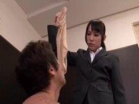 【M男】リクルートスーツの蒸れたパンスト脚でM男虐め!小西まりえ