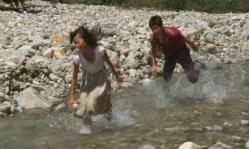 川の中を忠夫から必死に逃げるレイコ