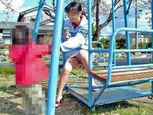 公園でのパンチラ率が異常www子連れママの股間から目が離せない人妻パンチラ!!