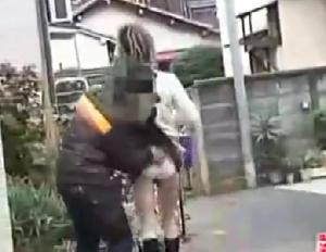 【盗 撮】白昼の住宅街でスカメクパンティーずり下げされてマン毛及び美尻を晒された女子たち