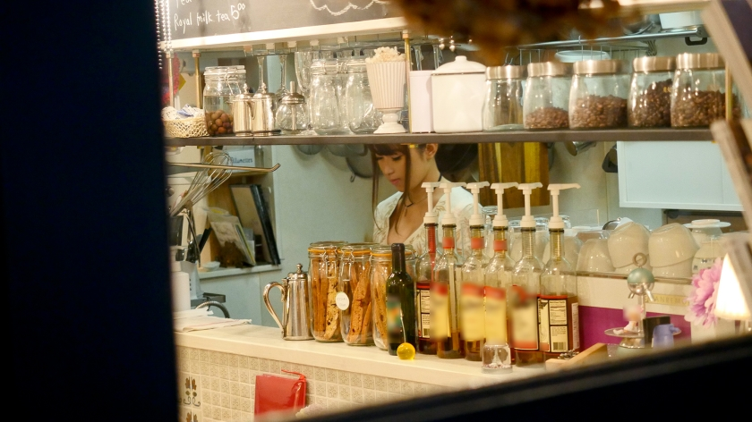 ウェーイ系なお店で働く女子wwwwwエロ要素しかないパイパン女が働くお店って……