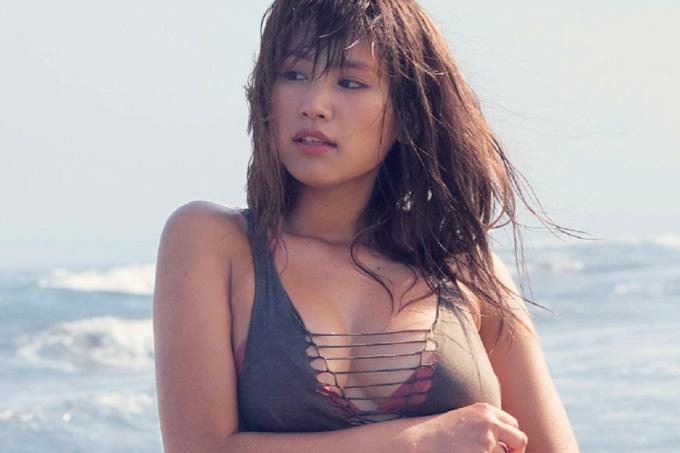 久松郁実 誰もいないビーチで弾けるたわわんボディ!