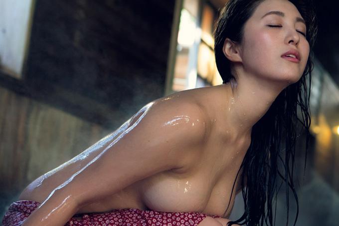 柳いろは Fカップを解放!初めての裸身。