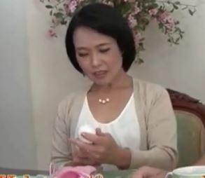 【人妻動画】(母さんの膣内蜜)飢えた身体は若いエKISSを求めて子宮が疼きだす