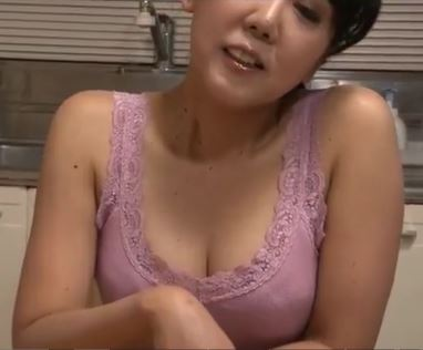 (ヒトヅマムービー)熟れた乳房にむらむらが抑えられないヤングと欲求不満のヒトヅマが過ちを侵す