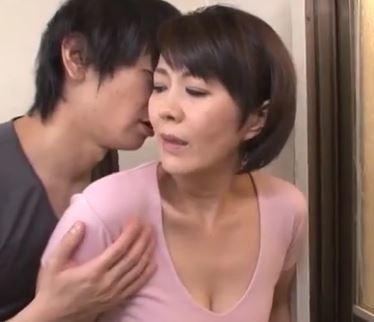(ヒトヅマムービー)(熟母の膣内内)チチにバレないぎりぎりを狙って母をイカせようとするゲスムスコが掟破りの膣内内内射精