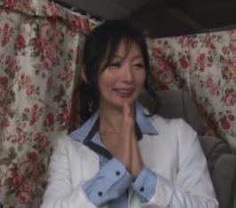 (ヒトヅマムービー)(熟妻キャッチ)マジ…57才☆奇跡の美 魔 女がゲス野郎にワイセツ行為に悶える