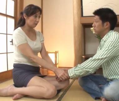 (ヒトヅマムービー)《熟母の挑発》立派に成長した息〇の性器にむらむらしてねっとりに体液を交わす