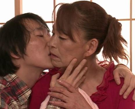 【人妻動画】《超熟》50代すぎの熟母さんがヤング棒の気持ち良さに埋もれていく姿