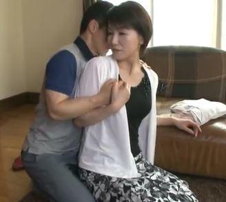 【人妻動画】《高齢熟母》若さの秘訣は生きの良いざーめんを養分にしていた事が判明