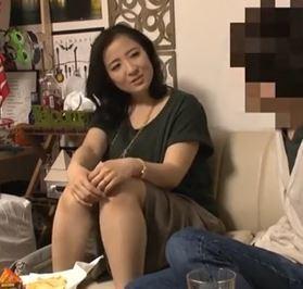 (ヒトヅマムービー)《ヒトヅマキャッチ》私おばさんだけと良いの☆イケメンに煽てられてウワキする40代の奥さん