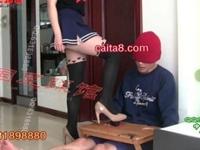 台の上から突き出たチンコをヒールで踏み潰すッニーソの中華姉さん!【痴女 M男】