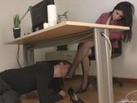 男を呼び机の下でヒールや足に舐め奉仕させる網タイS女性